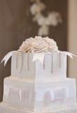Gâteau de mariage avec des fleurs Image libre de droits