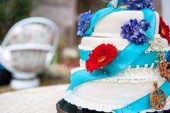 Gâteau de mariage avec des fleurs Photo libre de droits