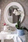 Gâteau de mariage avec des fleurs Photos stock