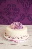 gâteau de mariage avec des fleurs de sucre photo libre de droits
