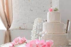 Gâteau de mariage avec des fleurs photos libres de droits