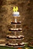 Gâteau de mariage avec des gâteaux Photo libre de droits