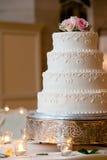Gâteau de mariage avec des groupes Photo stock