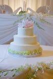Gâteau de mariage avec des orchidées Photo libre de droits