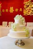 Gâteau de mariage avec des orchidées Photographie stock