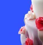Gâteau de mariage avec des roses Image stock