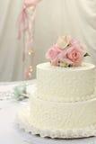 Gâteau de mariage avec des roses Images libres de droits