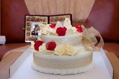 Gâteau de mariage avec des roses et des oiseaux sur le fond d'icône Images libres de droits