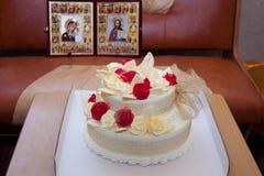 Gâteau de mariage avec des roses et des oiseaux sur le fond d'icône Photos libres de droits