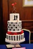 Gâteau de mariage avec deux coeurs Image stock