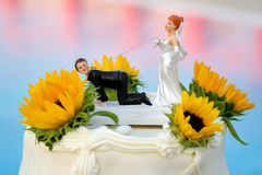 Gâteau de mariage avec la décoration drôle sur le fond de la piscine photographie stock libre de droits