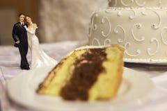 Gâteau de mariage avec la figurine miniature de couples photographie stock libre de droits