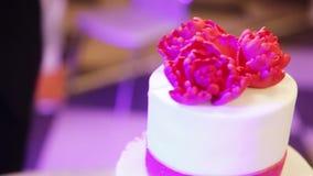 Gâteau de mariage avec la fleur rouge banque de vidéos
