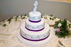 Gâteau de mariage avec la garniture pourprée Photographie stock libre de droits