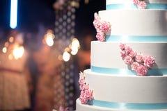 Gâteau de mariage avec le bokeh Photo stock