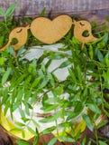 Gâteau de mariage avec le haut de forme et les petits gâteaux décorés de la verdure photographie stock libre de droits