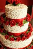 Gâteau de mariage avec le rouge Photos stock