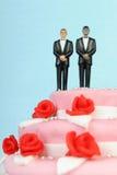 Gâteau de mariage avec les couples gais Image libre de droits