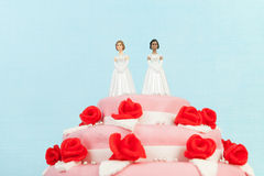 Gâteau de mariage avec les couples lesbiens Image libre de droits
