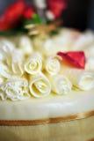 Gâteau de mariage avec les enroulements blancs de chocolat image libre de droits