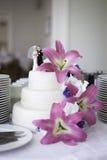 Gâteau de mariage avec les fleurs roses Image stock