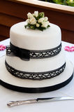 Gâteau de mariage avec les roses blanches Photos stock