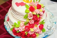 Gâteau de mariage avec les roses crèmes photo libre de droits