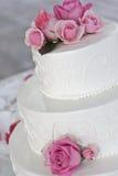 Gâteau de mariage avec les roses roses Images libres de droits