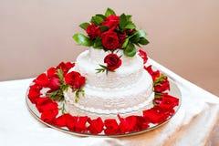 Gâteau de mariage avec les roses rouges photo libre de droits