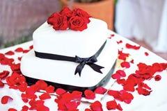 Gâteau de mariage avec les roses rouges photos stock