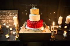 Gâteau de mariage avec M. et Mme Topper Images libres de droits
