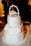 Gâteau de mariage blanc étonnant avec la dentelle de lustre Photographie stock libre de droits