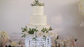 Gâteau de mariage blanc banque de vidéos
