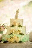 Gâteau de mariage blanc avec des roses Images stock