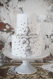 Gâteau de mariage blanc avec la décoration argentée Photo libre de droits