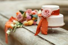 Gâteau de mariage blanc avec la fleur rouge Photos stock