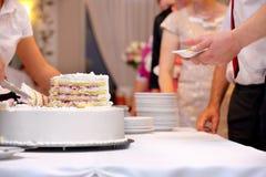 Gâteau de mariage blanc avec la fraise Image libre de droits