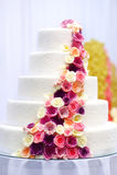 Gâteau de mariage blanc décoré des fleurs de sucre Image libre de droits