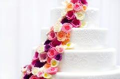Gâteau de mariage blanc décoré des fleurs de sucre Images libres de droits