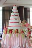 gâteau de mariage blanc de 7 couches en réception Photographie stock