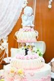 Gâteau de mariage blanc de niveau multi Images libres de droits