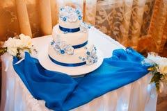 Gâteau de mariage blanc de niveau multi sur la base argentée et Images libres de droits