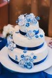 Gâteau de mariage blanc de niveau multi sur la base argentée et Image libre de droits