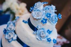 Gâteau de mariage blanc de niveau multi sur la base argentée et Photos stock