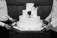 Gâteau de mariage blanc de niveau multi sur une base et fleurs sur le dessus Photo libre de droits