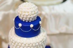 Gâteau de mariage bleu décoré des fleurs Image stock