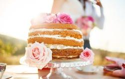 Gâteau de mariage décoré des roses Image stock