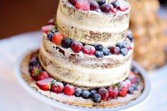 Gâteau de mariage délicieux de chocolat décoré des fruits et des baies Photo stock