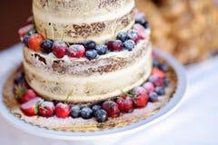 Gâteau de mariage délicieux de chocolat décoré des fruits et des baies Images libres de droits
