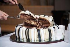 Gâteau de mariage dans la profondeur de la zone Photo libre de droits